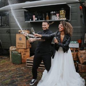 Op zoek naar een foodtruck op jullie bruiloft? Huur een legerambulance bij Groen Trouwen!