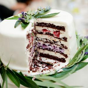 Op zoek naar groenversiering op jullie bruiloft? Bruidstaart met olijftakjes bij Groen Trouwen!