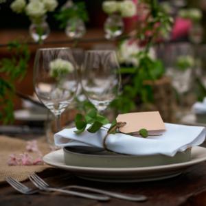 Op zoek naar groenversiering op jullie bruiloft? Groen gedekte tafel bij Groen Trouwen!