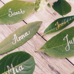 Op zoek naar groenversiering op jullie bruiloft? Naamblaadjes voor tafelindeling bij Groen Trouwen!