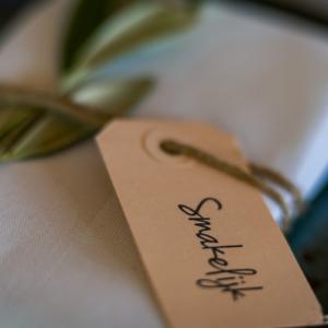 Op zoek naar groenversiering op jullie bruiloft? Naamkaartje met olijftakje bij Groen Trouwen!