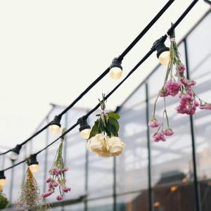 Op zoek naar groenversiering op jullie bruiloft? Prikverlichting met bloemen bij Groen Trouwen!