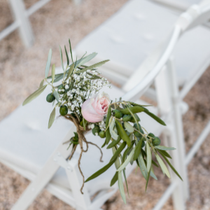 Op zoek naar groenversiering op jullie bruiloft? Stoeldecoratie bij Groen Trouwen!