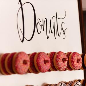 Keuze stress bij het uitzoeken van een bruidstaart? Ga voor een Donut wall bij Groen Trouwen!