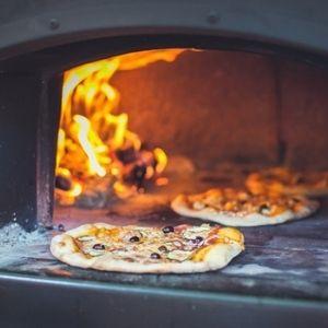 Welk eten serveer je op je bruiloft? Houtgestookte pizza's bij Groen Trouwen!